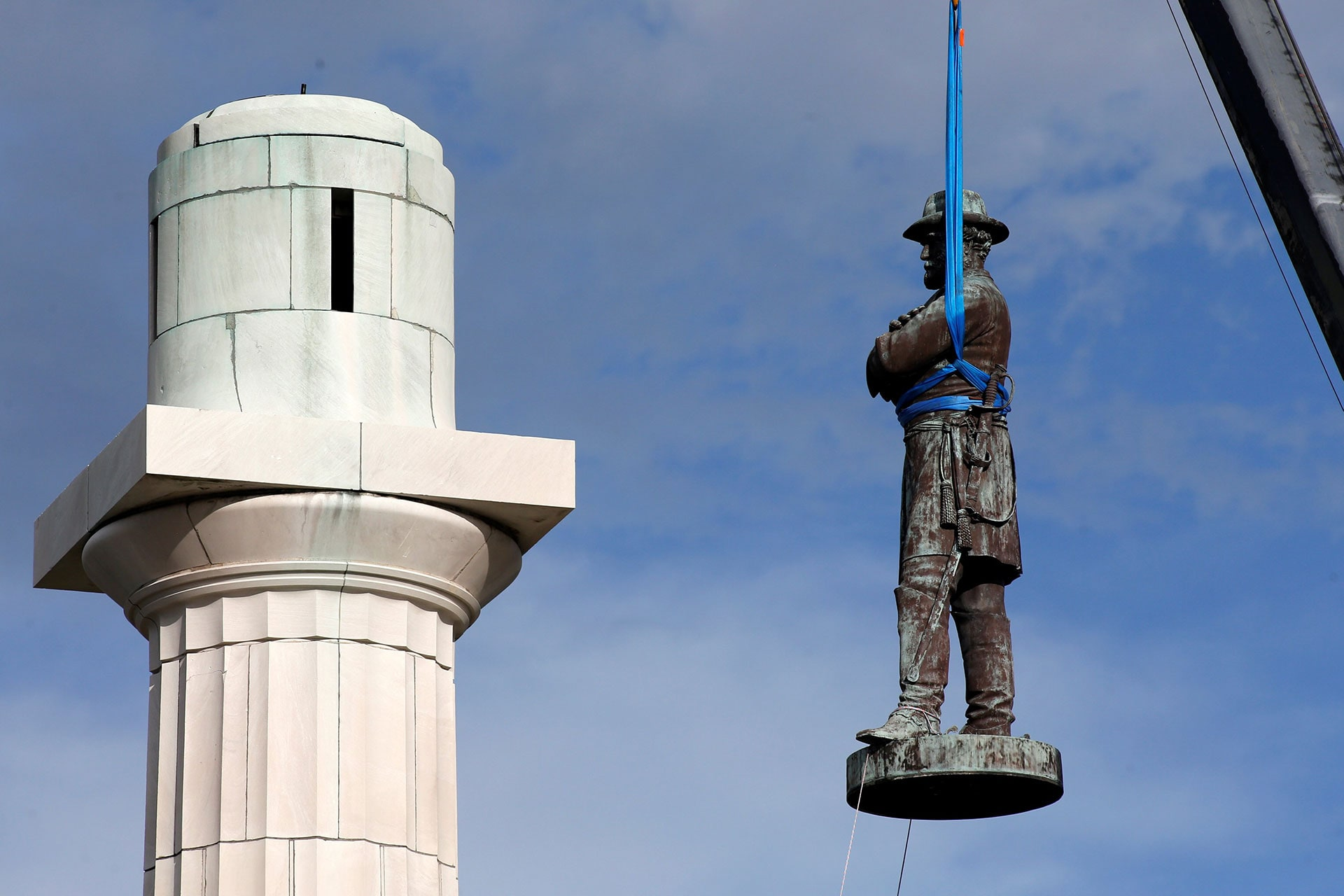 A statue of the Confederate Gen. Robert E. Lee is removed