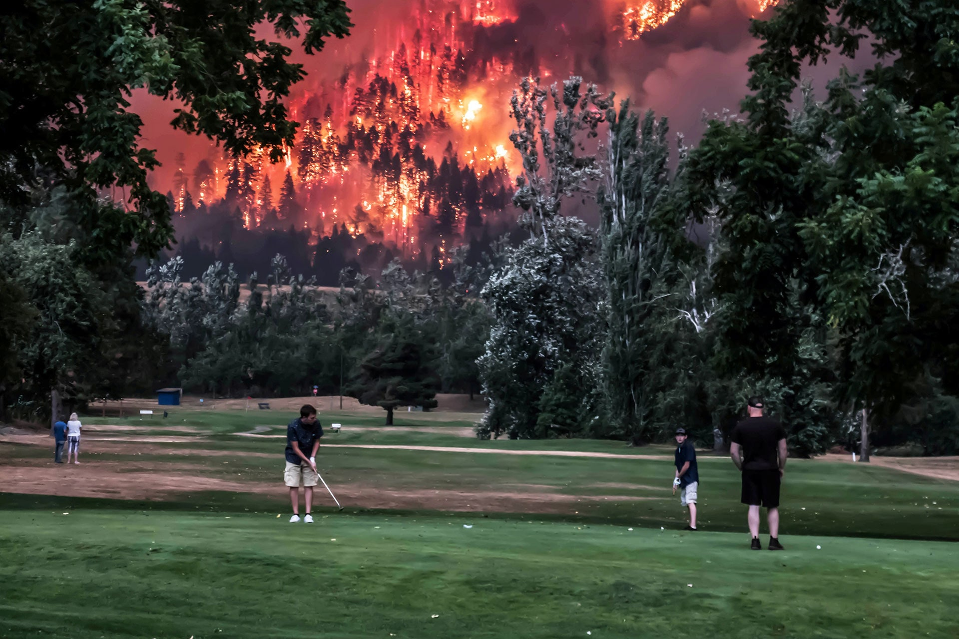 The Eagle Creek wildfire burns as golfers play at the Beacon Rock Golf Course